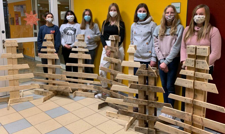 MinT-Mädchen bauen Weihnachtsbäume