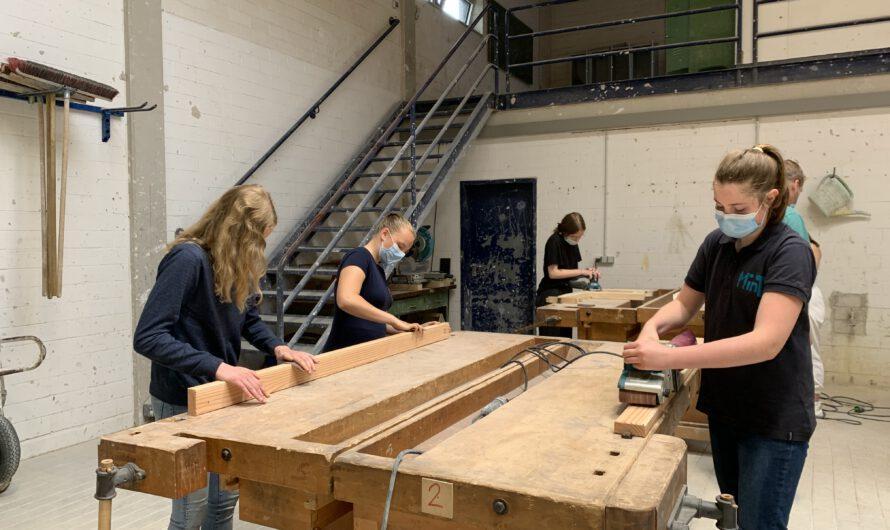 MinT-Mädchen bauen Bank